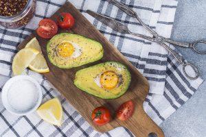 desayuno saludable - aguacate y huevo